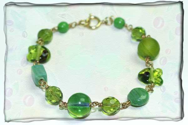 Grüngoldenes Armband aus vergoldetem Silberdraht und grünem Glas