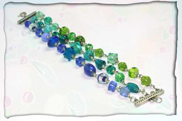 dreireihiges Armband aus Silberdraht und Glas in Grün- und Blautönen