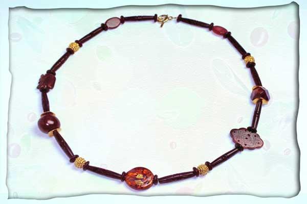 Halskette aus Bein, Tigerauge, Karneol, Nuss und Glas in schwarz-braun