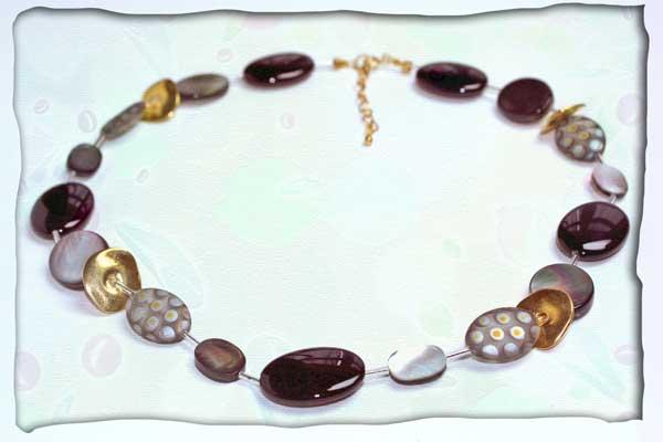 Halskette aus Sterlingsilberstäbchen mit Perlmutt und Glas in schwarz-grau