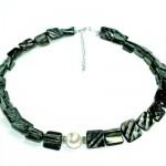 Halskette aus schwarzen Muschelstücken mit cremefarbener Muschelkernperle