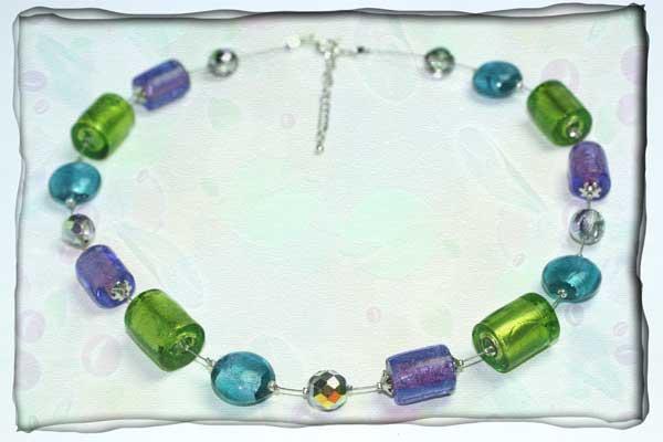Mehrfarbige, mittellange Halskette aus Glas