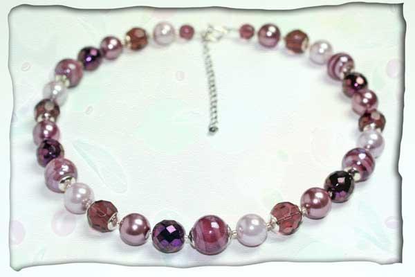 Halskette aus verschiedenen Glaskugeln in Auberginetönen